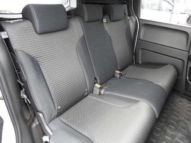 大人3人が座れる大型サイズでソファみたいにリラックス出来ます。駐車時には赤ちゃんを寝かせてお世話もできます。