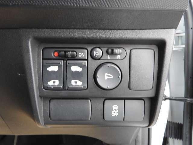 電動スライドドアです!荷物で手が塞がっている時や、急な坂道での開閉も楽々、運転席の手元のスイッチでも開閉できます。