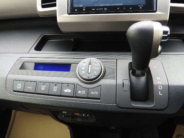プラズマクラスター技術搭載フルオートエアコンディショナー搭載です。エアコンまたは送風に連動して作動し空気浄化や脱臭などの効果があります。