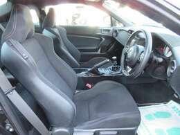 専用インテリア&スポーツシート♪ ブラックハーフレザーシート♪ 質感の良いシートで座り心地も素晴らしいです♪
