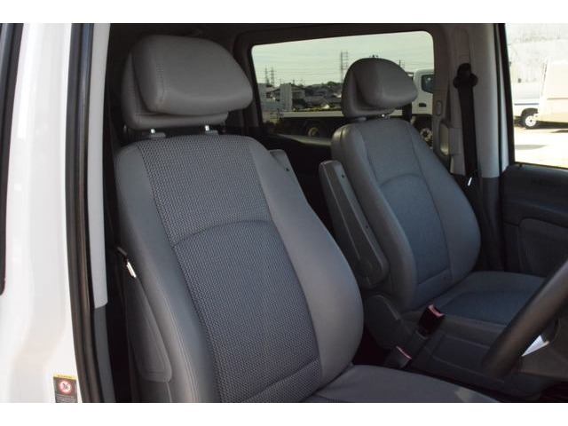国産車のシートに比べ、Vクラスのシートは座面の張りが強く、体を変形させずにサポートする硬いシートでロングドライブでも疲労感が少ないです。