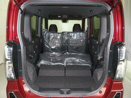 リヤシートを折りたたむと、広々スペース出現!大きな荷物も楽々に、収納できます。