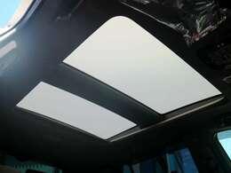 メーカーオプションの調光パノラマルーフを装備☆彡
