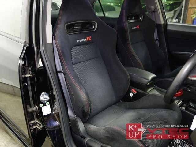 タイプR専用に開発、装備された「Rスペックシート!」レカロ社製シートを採用してきた歴代モデルからホンダオリジナル仕様のシートへ転換したFD2ですが、タイプRらしいホールド性能を持たせたシートです!