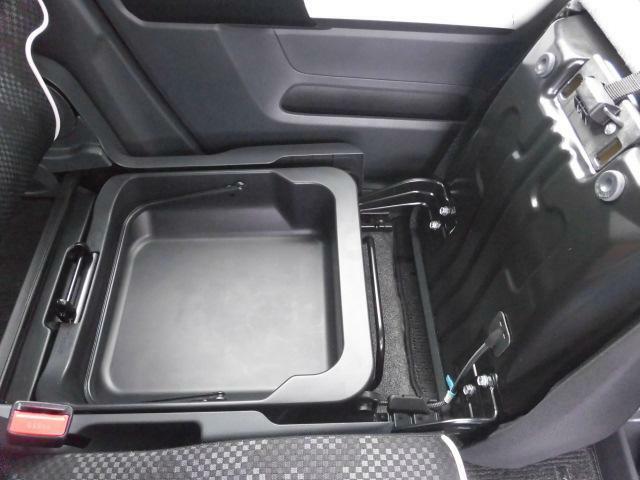 助手席の座面下には収納スペースが用意されています。車検証ケース等のかさ張る荷物が収納出来て便利です♪