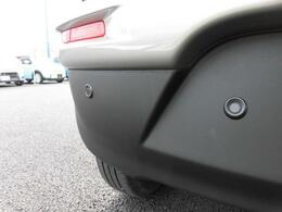 『後退時ブレーキサポート』を搭載!!リヤバンパーに装着されている4か所の超音波センサーで後方の障害物を検知して危険回避をサポートします!!
