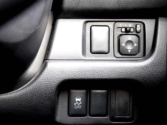 電動格納ミラーが付いていますので、運転席に居るまま両サイドのミラーが折りたためます。また、ミラーの内側も運転席から角度調整が自由に出来ますので、運転手が交代した時、視界が変わっても楽々調整!