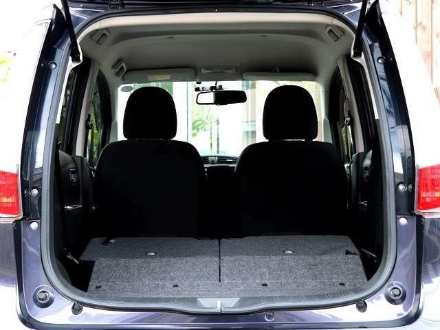 後部座席を前の方に倒して頂くと、こんなにも広いトランクスペースが確保されます。こちらはフラット状態になりますので、荷物も乗せやすく大きなお荷物も楽々搭載していただくことが可能となります。