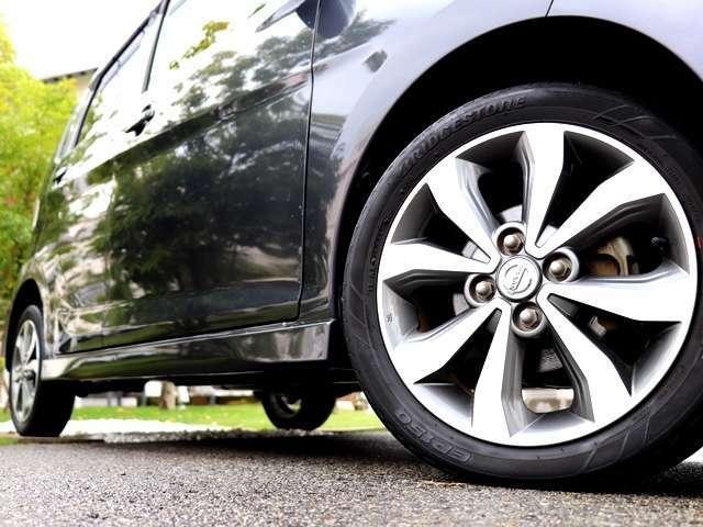 チェックしたい純正装備の代表格!純正のアルミホイール装着車。鉄ホイールに比べホイールの硬度が高いため、走行安定性に優れさらに走行時のホイールの歪みも少なくなるため、燃費性能も向上します。