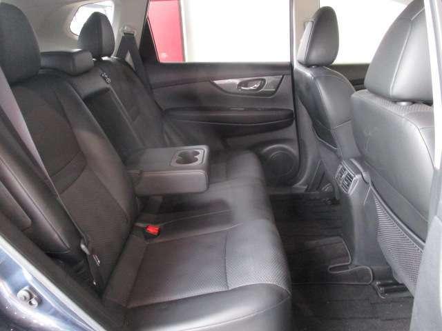 リアシートももちろん防水。厚いシートでドライブも快適ゆとりのリヤシートです。ロングホイールベースにより室内空間を拡大。ロングドライブにもくつろいで座っていただけます。大型のアームレストも付いていますよ