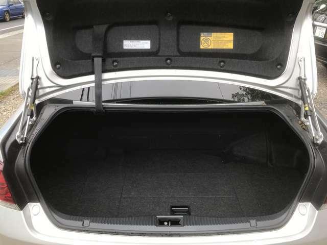 トランク回りも広く使いやすいです♪トランクは半ドアの状態でも自動で閉まります!