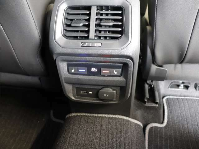 後席のエアコン吹き出しとシートヒーター操作パネルになります。
