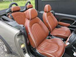 車内は、イングリッシュ・モルト・ブラウンのレザー・シートにシルバーの縁取りとステッチが施された特別仕様となっております!電動オープンもスムーズ!!