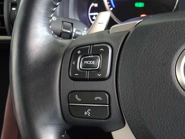 オーディオのソース選択や音量調整がお手元で、運転中でも操作可能です。