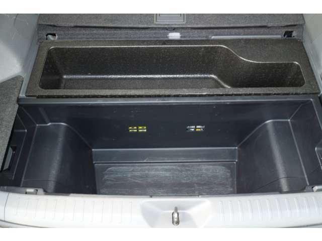 ラゲッジスペース下部には、小物の収納にも便利なスペースが設けられております。