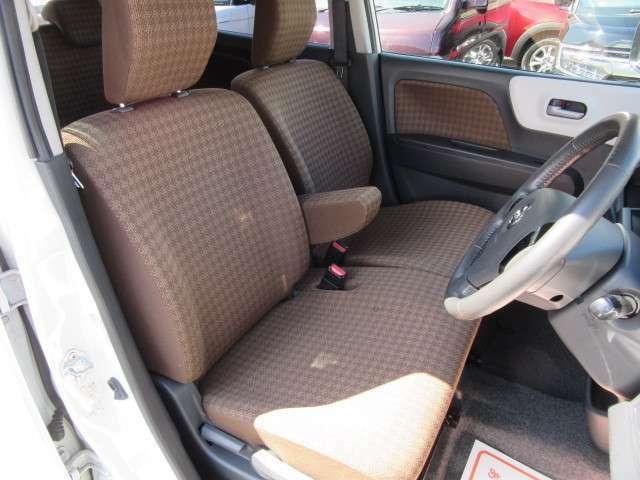 ベンチタイプのフロントシートにアームレスト付。