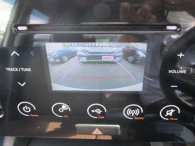 インパネ一体式のタッチパネルオーディオ、USB接続も出来ます。リアカメラもついてます。