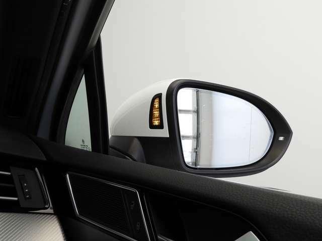 ☆Lane Assist:フロントガラス上部に設置されたカメラにより走行中の車線をモニタリング。ドライバーの意図しない車線の逸脱を検知すると、ステアリング補正を行いドライバーに警告します☆