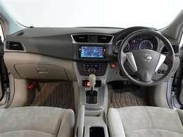 革巻きステアリングで、快適な操作性の運転席です。