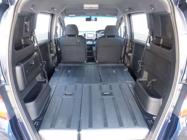 リアシートはワンタッチで倒れて、車中泊ができるほどの大きなスペースができます