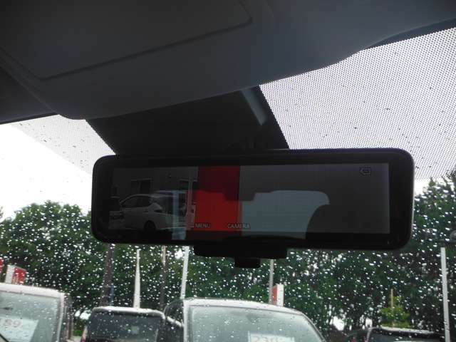 後方視界をスマートに確認できる「スマートルームミラー」を装備!