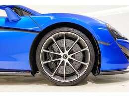ホイールはライトウェイトホイールのダイヤモンドカット仕上げを採用。細いスポークから見える大口径のカーボンブレーキローターがこのマシンの制動力の高さ=大パワーエンジン搭載の証しです。