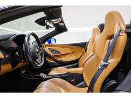By McLaren インテリアパッケージを採用している為、内装はタンレザーとブラックアルカンターラのコンビネーションにて仕上がっております。