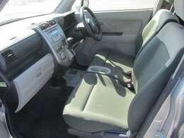 助手席も運転席同様、乗り降りの際に触れる部分の劣化はありますが、大きな痛みは見受けられません。