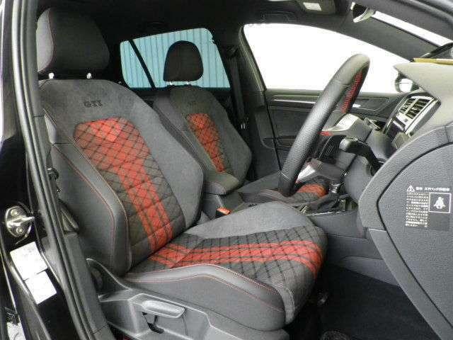 インテリアカラーはブラック基調!シートカラーはブラック&レッド基調!ホールド感に優れた専用のスポーツシートです!