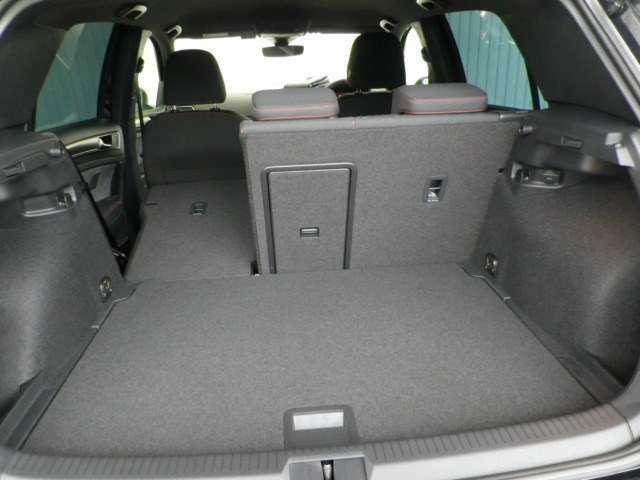 普段使いには十分な広さのラゲッジスペース!後席を倒せばより大きな荷物も載せられます!ハイパフォーマンスモデルという位置付けではあるものの、ベース車両と変わらない機能性が確保されています!