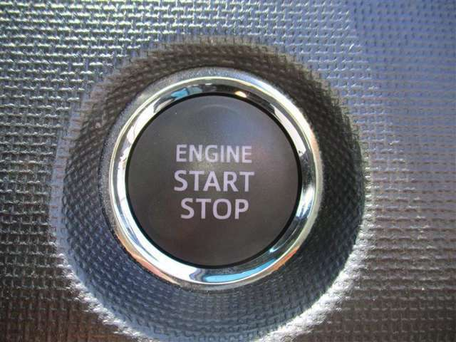 <プッシュスタート> キーを取り出さずにスタートボタンを押すだけでクルマの始動ができます。