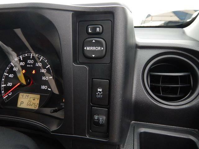 【運転席側インパネ】ドアミラー操作パネルと横滑り防止OFFスイッチ、ヘッドライトの高さを調節するライトレベライザーです♪