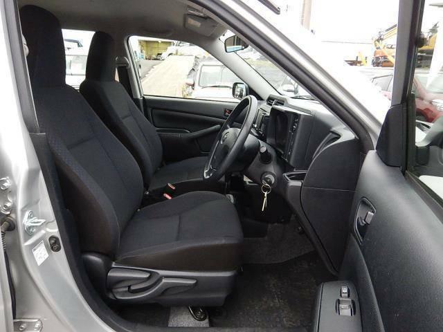 【運転席・助手席側】セパレートタイプの運転席・助手席です。運転席側にはシートリフター(座面の高さ調整)が付いています♪