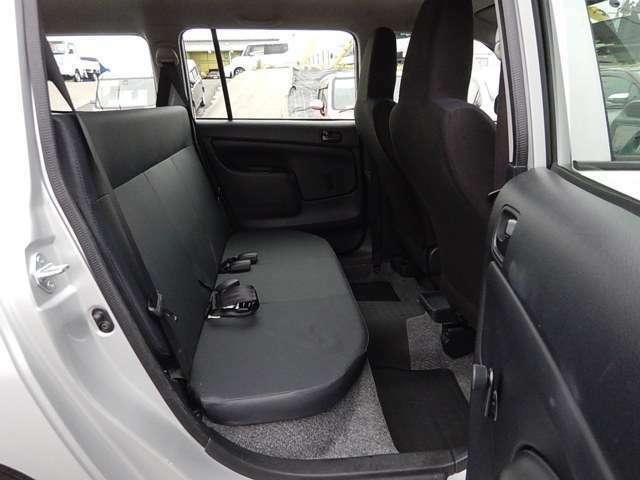 【後部座席側】後部座席です。使わない時は足元部分に格納して荷室とフラットにする事ができますよ♪
