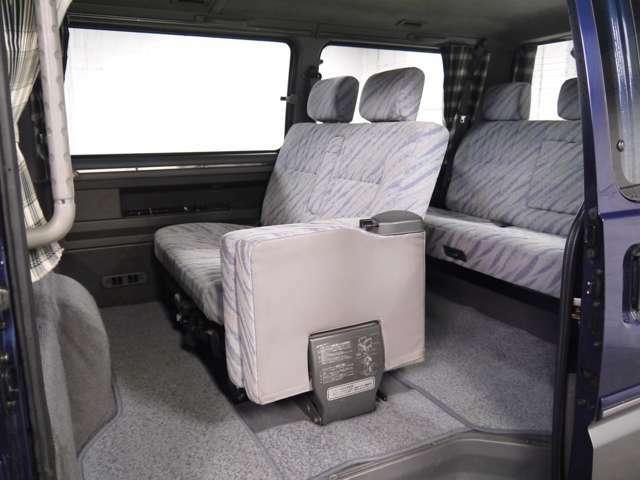 セカンドシートは一席がジャンプシートになっているので通路の確保も可能です!