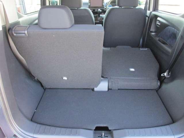 後席シートは左右別々に倒れるので、積みたい荷物に合わせてシートアレンジ可能。