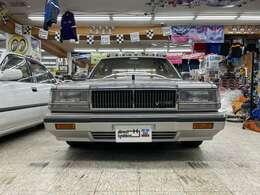 端正な顔立ちです!立派なフロントグリルに角目がこれぞフォーマルな高級車といった感じでしょうか!
