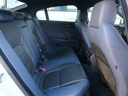 【リアシート】使用感が少なく大変綺麗な状態で入庫しております。後部座席も黒色と紺色のコンビレザー。着座される方が腰深く座れるように座面の角度も考えられて作られております。