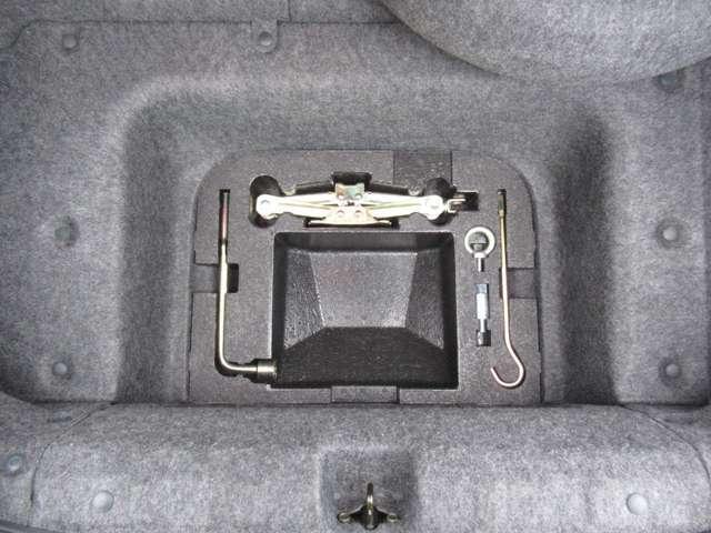トランク下にジャッキ等収納されております!