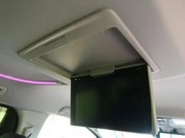 【フリップダウンモニター】天井もモニターが装備されております♪お子様など、ロングドライブでも退屈せず楽しくお過ごしいただけます。