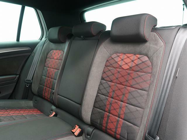 シートは適度な硬さによって長時間の運転でも疲れにくいと定評があります。国産車とは全く違った座り心地ですが、長年培われた欧州の椅子文化をご体感ください。