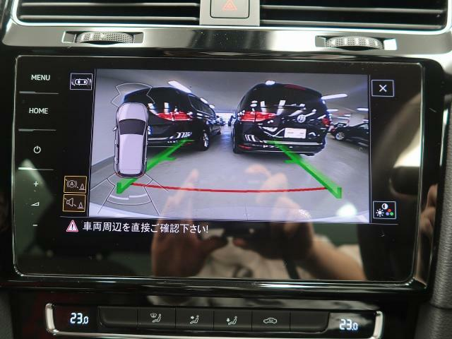 ギアをリバースに入れると車両後方の映像を映し出します。画面にはガイドラインが表示され、車庫入れや縦列駐車などの際に安全確認をサポートします。