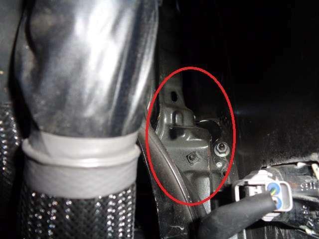 右ヘッドライトバッフル裏の歪程度の修理になります、走行上何の問題も御座いませんので、ご安心下さい