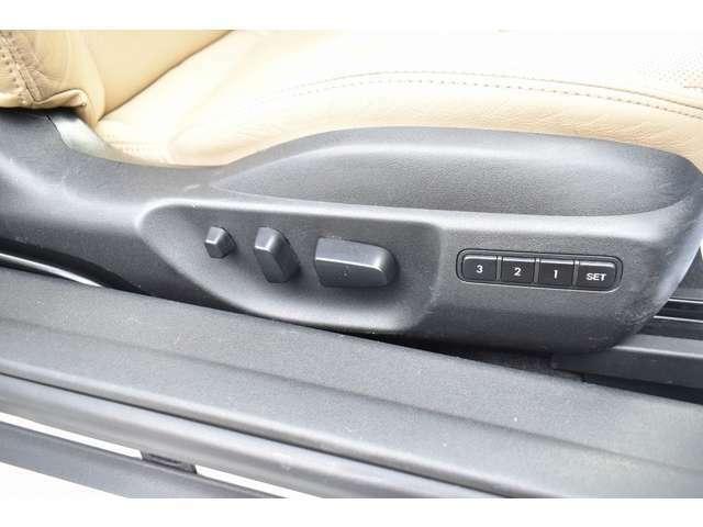 運転席はシートメモリー装備でお好みのシートポジションを記憶させることが可能となっております♪