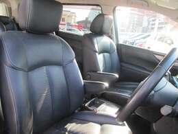 フロントシート         黒本皮シート         助手席とセカンドシート、オットマン付