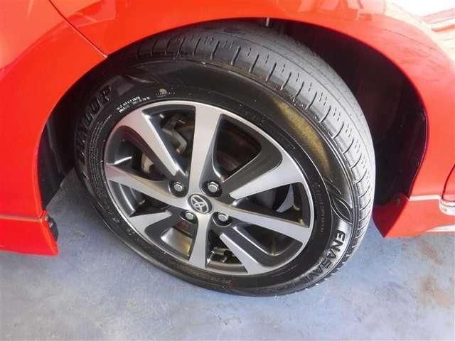 185/60R15サイズのタイヤを装着しています。トヨタ純正アルミホイールがボディ-デザインと融合します。