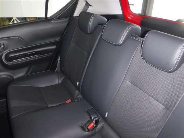 後席空間もしっかり確保。分割可倒式シートを採用しています。広い室内をいかして、ゆったりと配置されたリヤシートです。