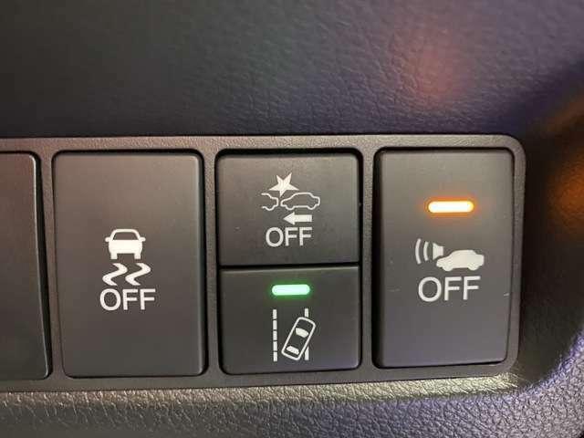 ホンダセンシングも装備されております。このスイッチは普段はオンになっている機能です。押し続けるとその項目をオフにできます。