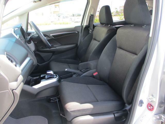 運転席と助手席との間に肘置き(小物入れ)ございます