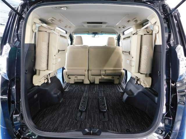 サードシート跳ね上げれば大きな荷物も積み込みできます